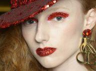 Desfile traz maquiagem com olhos e boca com muito glitter para brilhar todo dia