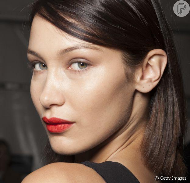O batom vermelho garante um ponto de cor em uma maquiagem com pele natural