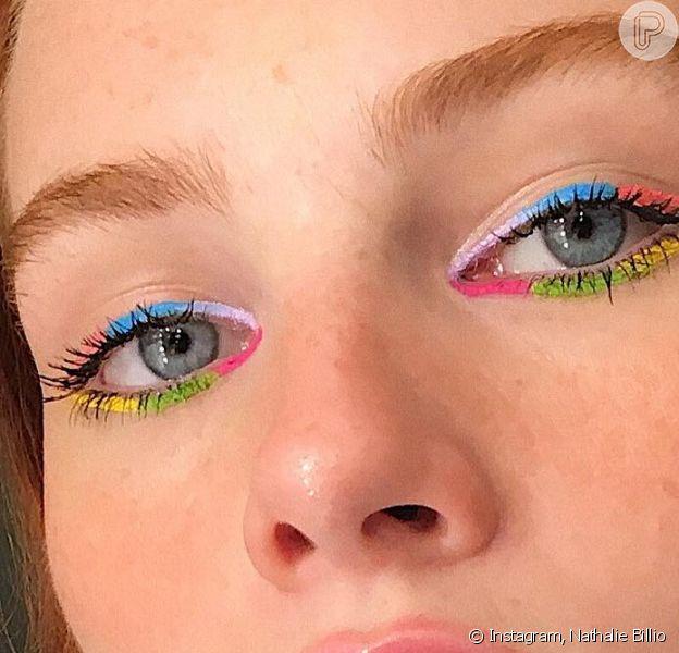 Delineado bicolor deixa a maquiagem com uma pegada fun é dá para se jogar nas cores