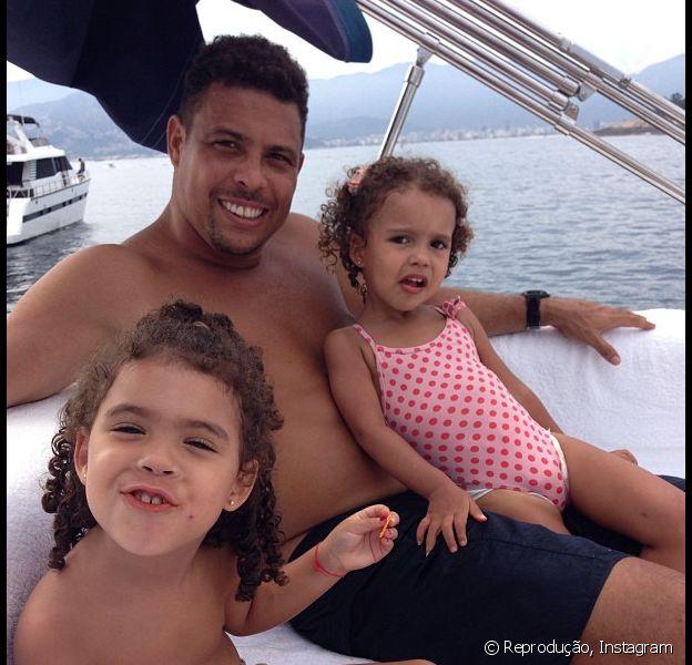Ronaldo passei de lancha com as filhas com Bia Antony, Maria Sophia e Maria Alice, e posta foto em sua conta do Instagram neste sábado, 16 de fevereiro de 2013