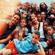 Marina Ruy Barbosa e Xande Negrão posaram com crianças atendidas pelo projeto