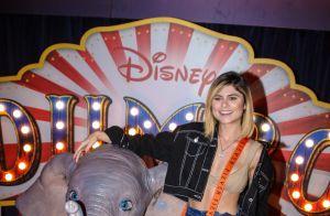 Larissa Manoela elege look floral para cinema e chora ao ver filme 'Dumbo'
