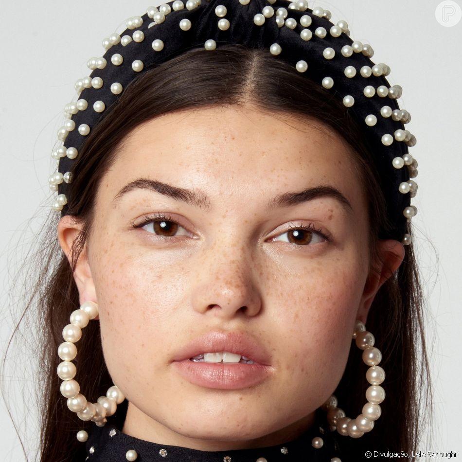 e33cf7ffe3 A volta da tiara: alice band com aplicações de pérolas é trend ...