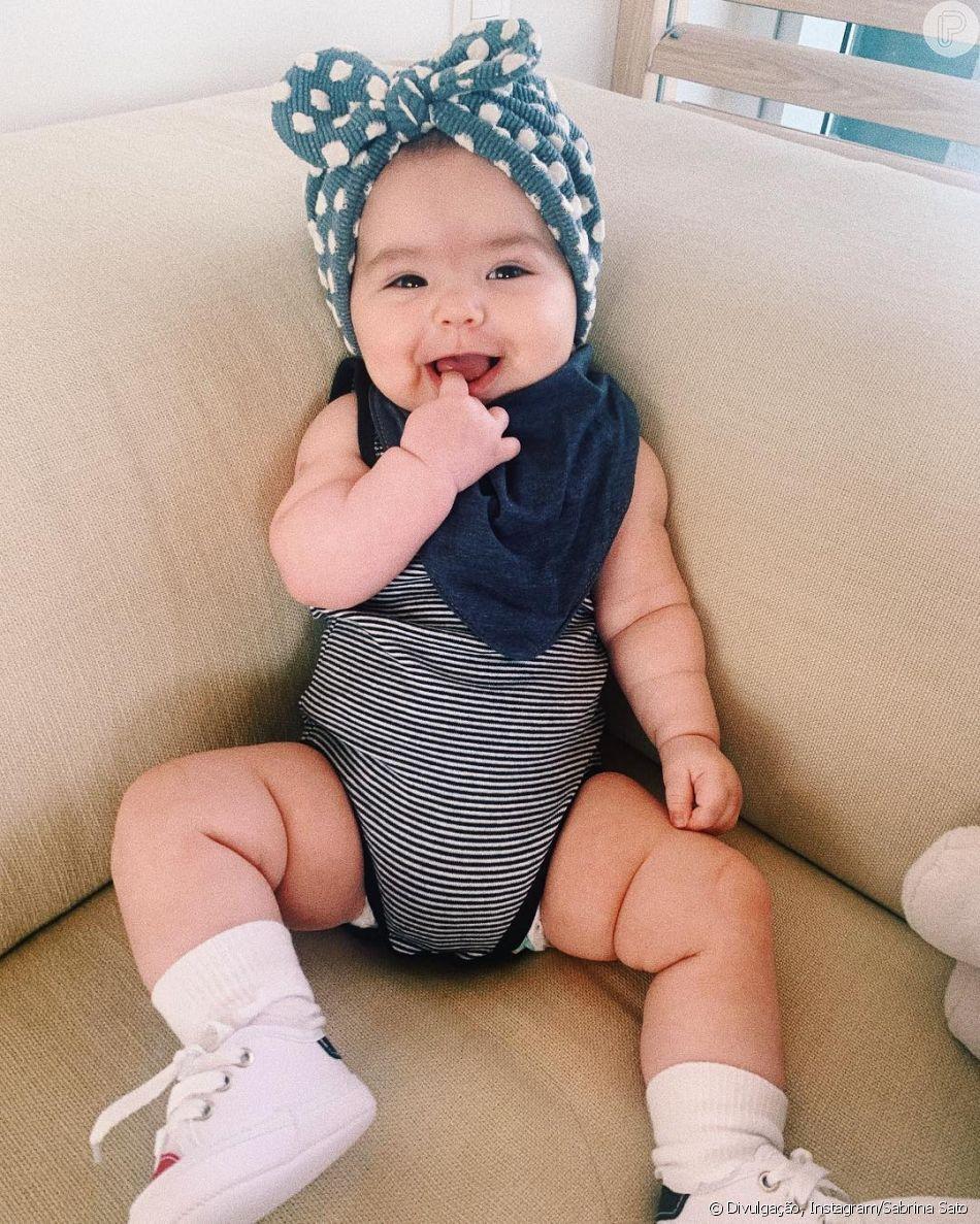 Aos 4 meses, a filha de Sabrina Sato, Zoe, apareceu sorridente em foto postada pela avó materna, Kika
