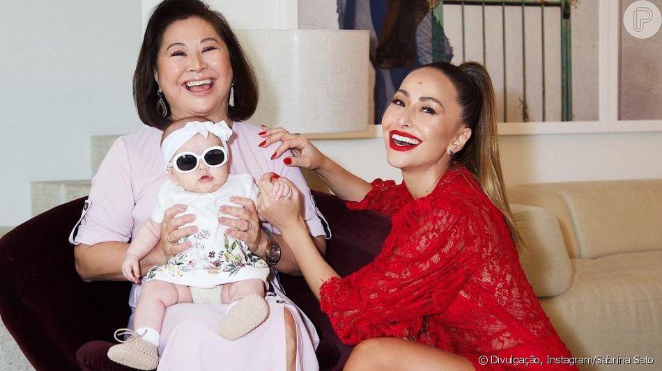 Bebê sorriso! Filha de Sabrina Sato, Zoe encanta avó em foto postada neste domingo, dia 14 de abril de 2019