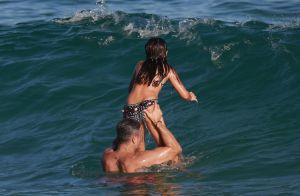 Flávia Alessandra e Otaviano Costa curtem praia com a filha, Olívia. Veja fotos!