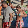 Flávia Alessandra, Otaviano Costa e Olívia deixaram a praia no final da tarde