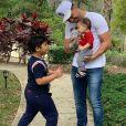 Wesley Safadão e Thyane Dantas fantasiam o filho, Dom, de coelhinho em festa na companhia dos irmãos, Yhudy e Ysis