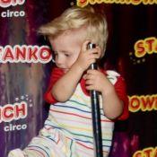 Filho de Karina Bacchi, Enrico rouba cena ao se equilibrar em brinquedo no circo