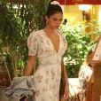 Vestido de Bruna Marquezine chama atenção pelas tendências de maga bufante e fenda frontal