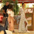 Bruna Marquezine esteve em shopping do Rio com os pais, Telmo e Neide Maia, e a irmã caçula, Luana Marquezine