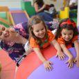 Bianca Rinaldi brinca com as filhas, Beatriz e Sophia, de 3 anos e 7 meses, em outubro de 2012