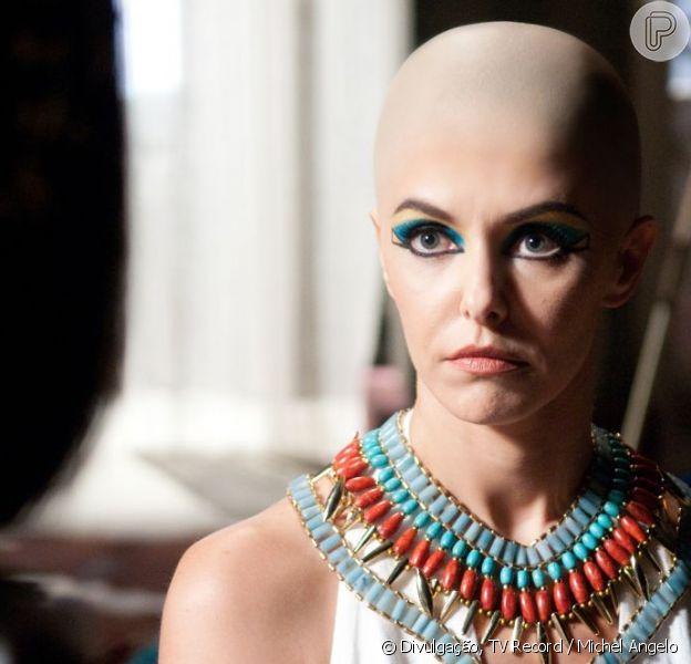 Bianca Rinaldi posa usando uma prótese na cabeça para simular estar careca em cena da minissérie 'José do Egito', divulgada pela Record em 18 de fevereiro de 2013