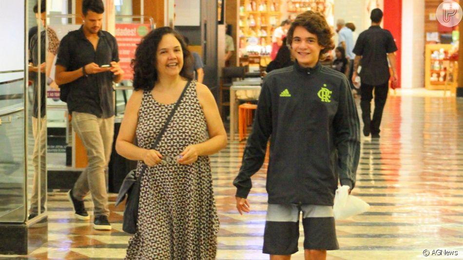Filho caçula da atriz Tereza Seiblitz, Juliano Seiblitz, de 13 anos, chamou atenção pela semelhança com a atriz ao serem fotografados durante passeio por shopping