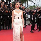 Selena Gomez elege look sexy all white com top e saia com fenda gigante