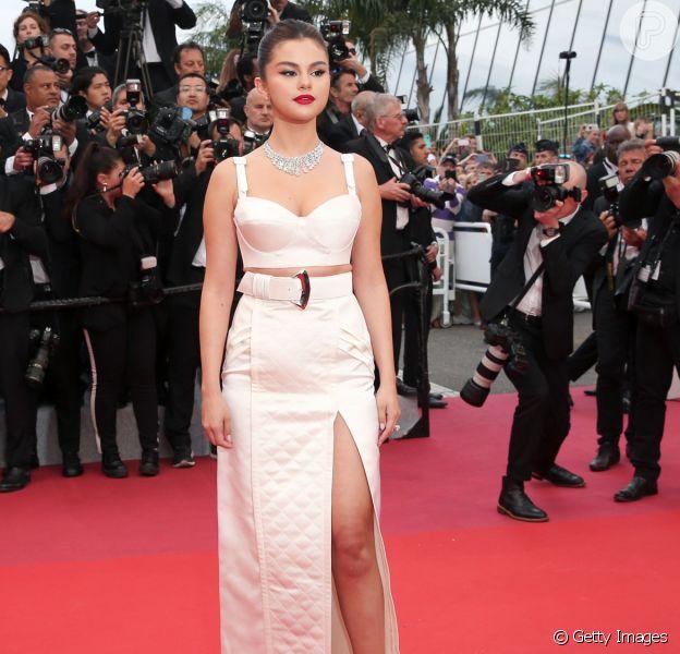 Selena Gomez elege look Louis Vuitton all white para Festival de Cannes
