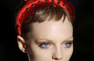 Direto dos anos 80, tiara acolchoada é truque de styling mais cool do momento
