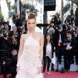 Bella Hadid de look all white cheio de babados e assimetria, deslumbrante!
