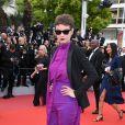 Look total purple com blazer e óculos geométrico