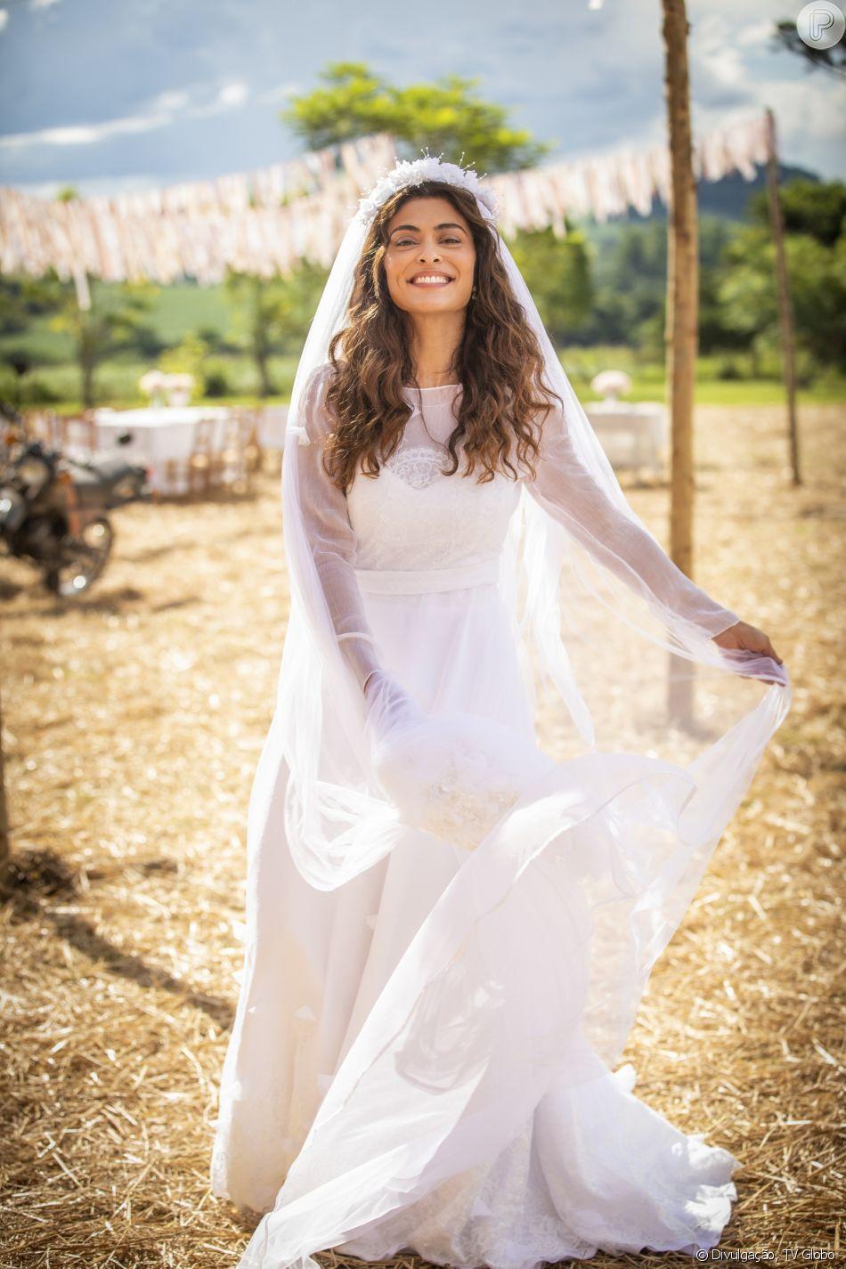 787a19e209 O vestido de noiva de Maria da Paz (Juliana Paes) em  A Dona do Pedaço   tinha transparência nas mangas e decote alto