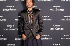 Neymar combina bermuda pantacourt e botas de camurça ao lançar perfume em Paris