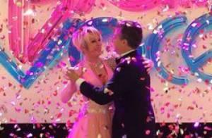 Ana Maria Braga, de vestido rosa, dança valsa com Luciano Huck no 'Mais Você'