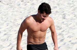 Thiago Martins joga futevôlei de sunga em praia do Rio e mostra corpo sarado