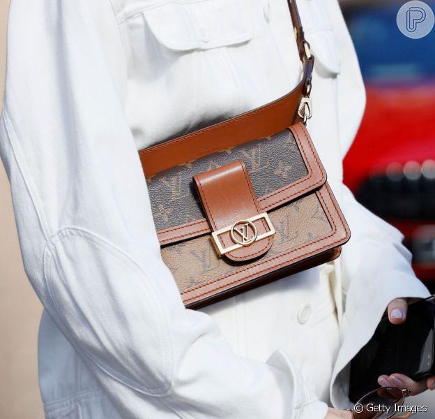 Bolsa tiracolo está de volta às tendências, o modelo é Louis Vuitton