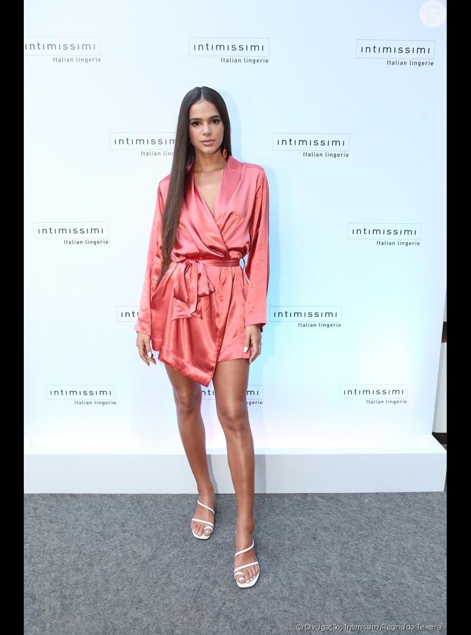 Bruna Marquezine usou um robe como vestido e cabelo ultralongo no evento da Intimissimi