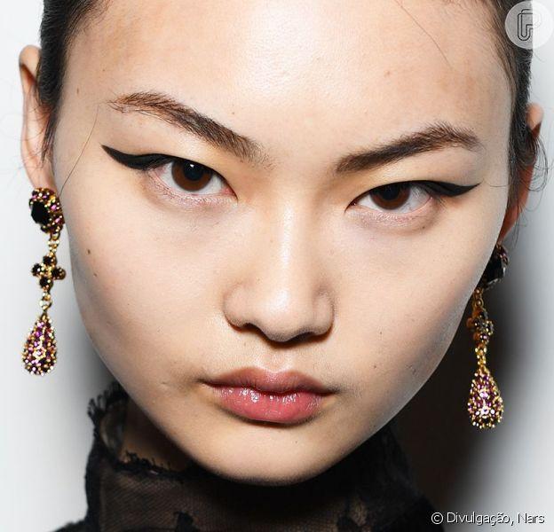 Descubra truques para fazer um esfumado em olhos com traços orientais