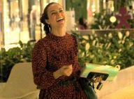 Paolla Oliveira elege vestido fluído curto e bota com franja para ir ao shopping