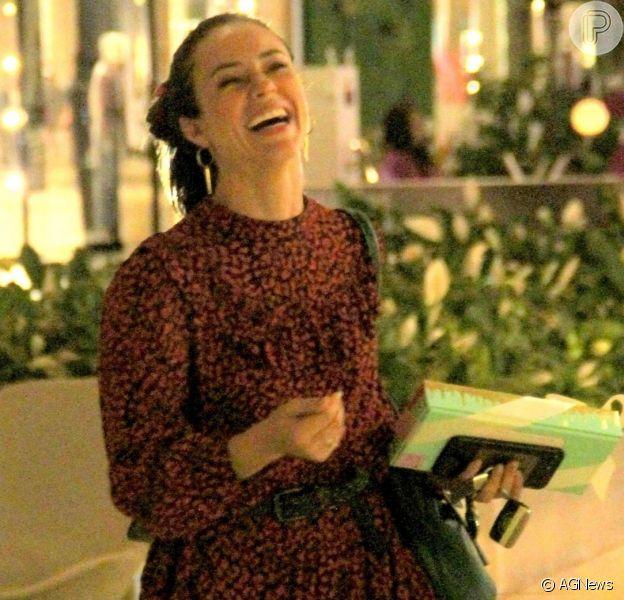 Paolla Oliveira é fotografada durante passeio em shopping do Rio