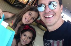 Rodrigo Faro usa óculos espelhados em tarde de compras com as filhas mais velhas