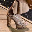 Animal print no look: a sandália meia pata em snake print é para quem não tem medo de chamar a atenção. Esta é Michael Kors