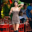 Vestido de animal print com botas é a escolha de Kendall Jenner