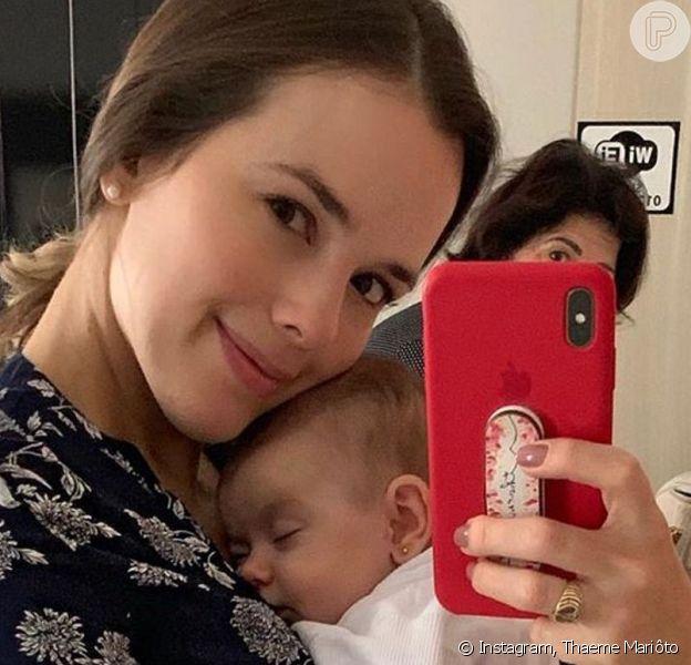 Gripada, Thaeme recorreu à máscara para se aproximar da filha, Liz, de 2 meses: 'Gripe não passa pelo leite'