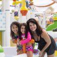 Samara Felippo posou com as filhas, Alícia e Lara,  no Beach Park, em Aquiraz (CE)
