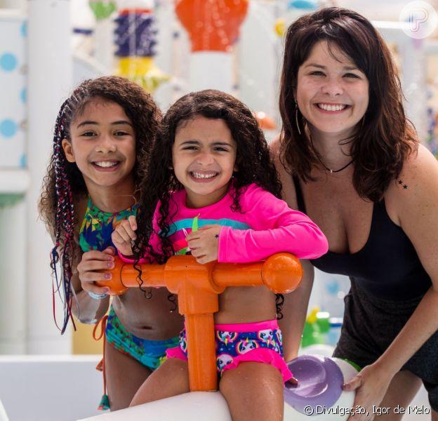 Samara Felippo se divertiu com as filhas, Alícia e Lara, no Beach Park, em Aquiraz (CE)