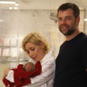 Luiza Possi posa emocionada ao sair de maternidade com filho e marido. Fotos!