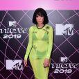 A cantora Halsey escolheu um vestido mídi com transparência em um tom flúor da Alyx para o show