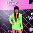 Influencer Rafael Uccman de vestido-blazer neon e botas longas