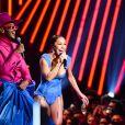 Sabrina usou um look de corset azul da Atelier Le Lis por Helô Rocha sobre o palco