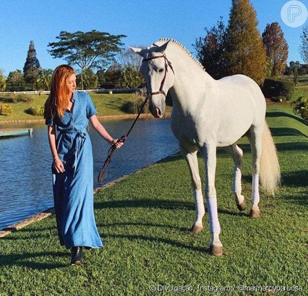 Marina Ruy Barbosa faz passeio a cavalo em viagem