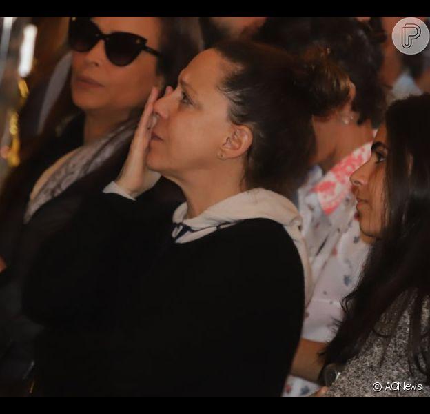 Filha de João Gilberto, Bebel Gilberto cai no choro em velório do pai