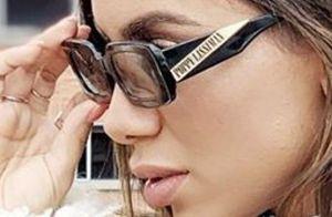 Óculos acessível, maxicasaco e animal print: Anitta esbanja estilo em viagem