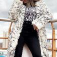 Anitta usa maxicasaco mesclado em look de frio durante viagem nesta quarta-feira, dia 10 de julho de 2019