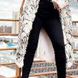 Anitta usa calça skinny preta com a barra desfiada em look de frio durante viagem nesta quarta-feira, dia 10 de julho de 2019