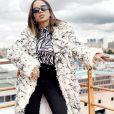 Anitta chama atenção em look de frio durante viagem nesta quarta-feira, dia 10 de julho de 2019