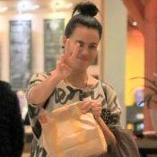 Gente como a gente! Leticia Lima é clicada comprando fast-food e acena. Fotos!
