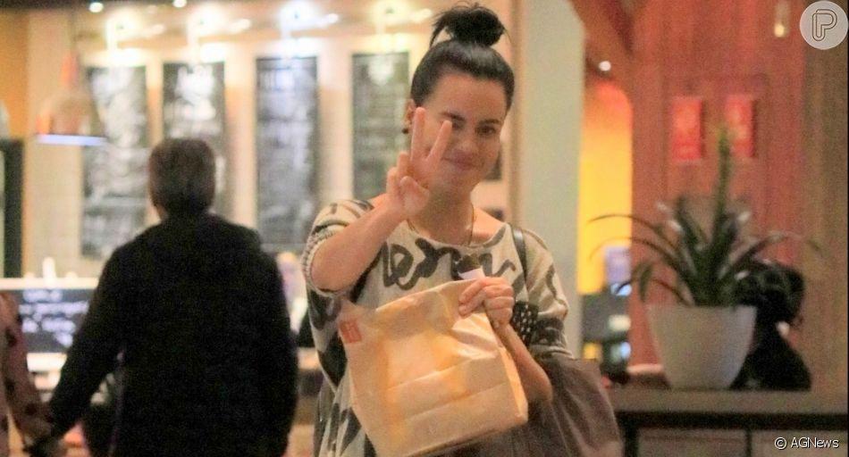 Letícia Lima é flagrada comprando fast-food em shopping do Rio de Janeiro